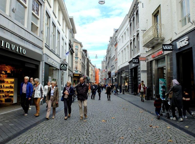 Maastricht adalah nama kota yang terletak di ujung selatan Belanda, berbatasan langsung dengan Jerman dan Belgia. Area pusat kota (city centre) di Maastricht dipenuhi jalanan cobblestone, sangat nyaman untuk berjalan kaki (Sastri/detikTravel)