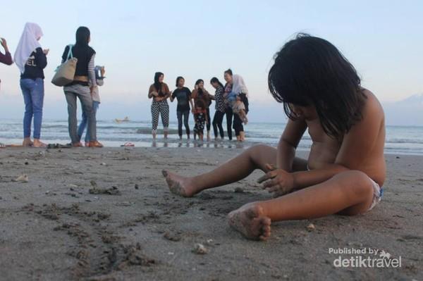 Anak yang sedang bermain pasir