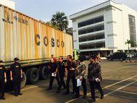 Jokowi Musnahkan 4 Kontainer Tesktil Impor Ilegal di Kantor Bea Cukai