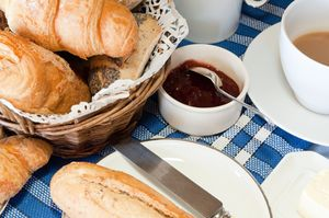 Makanan Apa Saja yang Disajikan Dalam Continental Breakfast?