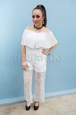 Serba Putih, Regina Tampil dengan Celana Menerawang