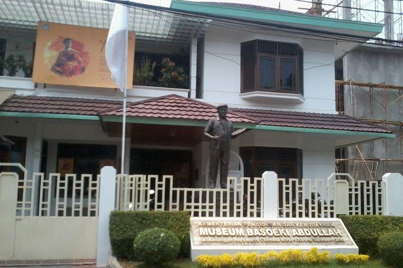 Museum Basoeki Abdullah terletak di Jl Keuangan Raya No 19 Cilandak Barat, Jakarta Selatan. Sebelum difungsikan menjadi museum, rumah ini dulunya adalah kediaman pribadi Basoeki Abdullah (Wahyu/detikTravel)