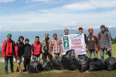 Berani Beda, Mendaki Gunung Demi Kumpulkan Sampah