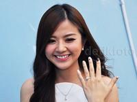 Cincin berlian melingkar di jari manis tangan kirinya. Pool/Ismail/detikFoto.