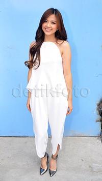 Pada kesempatan itu, Franda tampak cantik dibalut busana putih dan heels silver. Pool/Ismail/detikFoto.