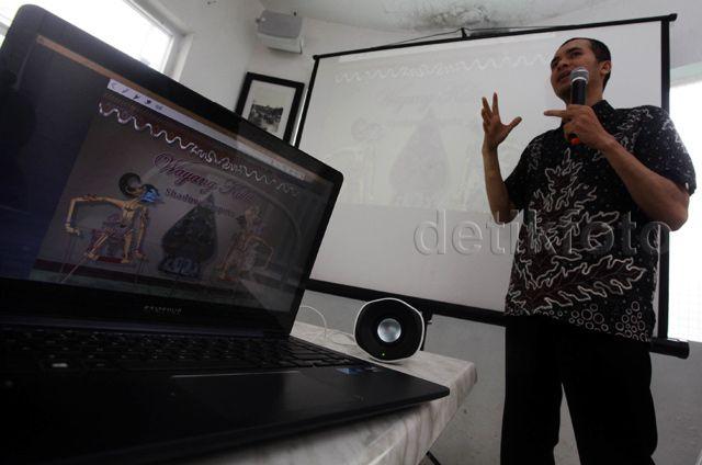 Taufiq Assegaf, salah satu perancang konten Pesona Edu Software saat mempresentasikan aplikasi buatannya di Jakarta (23/10/2015). Taufiq Assegaf berhasil mengharumkan nama indonesia di kancah international tepatnya di jerman pada tanggal 14-18 oktober 2015 saat Frankfurt Book Fair 2015.