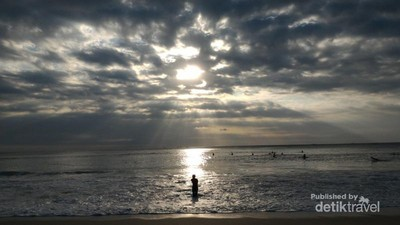 Rileks Dulu di Pantai Dreamland Bali