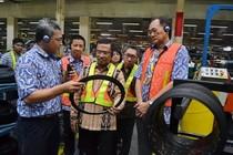 Menperin Blusukan ke Pabrik Ban Berusia 80 Tahun di Bogor