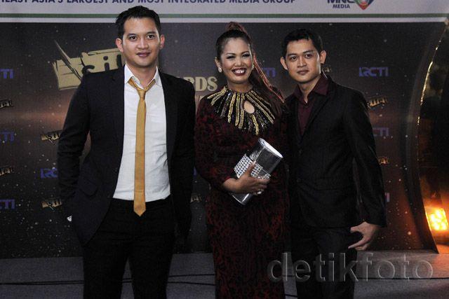 Tiba di lokasi acara pada Senin (26/10/2015) di studio Kebon Jeruk, Jakarta Barat, Ely Sugigi hadir bersama Rezky Aditya Asli dan Rezky Aditya KW. Pool/Noel/detikHOT.