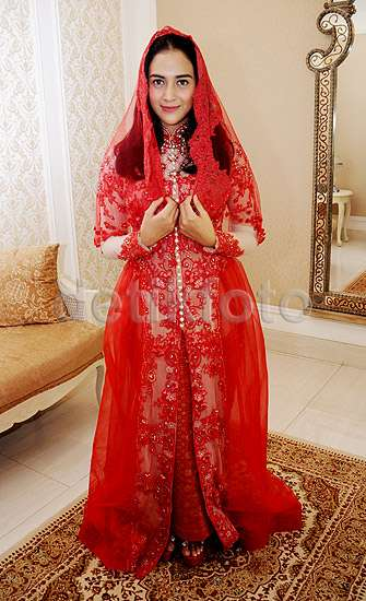 Nina Zatulini Lebih Cantik Dibalut Kebaya Merah atau Putih?