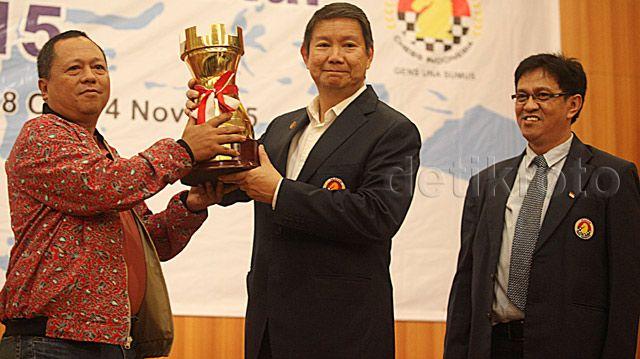 Hashim (kanan) membuka ejuaraan Nasional (Kejurnas) Catur 2015.