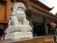 Patung singa di depan vihara