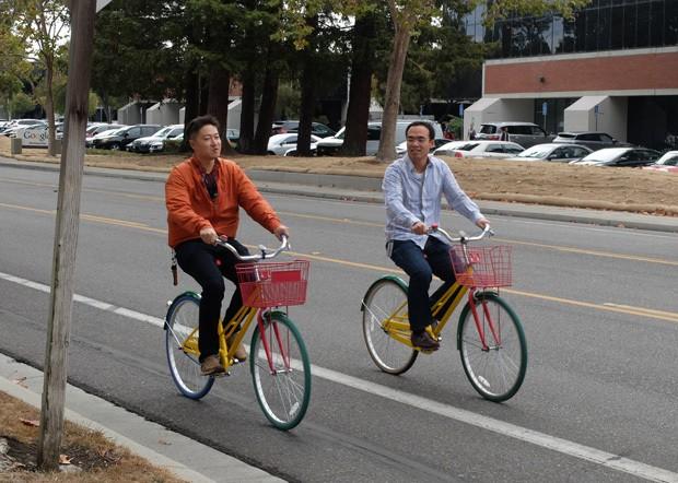 Karyawan Google yang asyik bersepeda. (ash/detikINET)