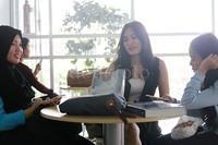 Angbeen mengisi waktunya bersama dua temannya sebelum kuliah.