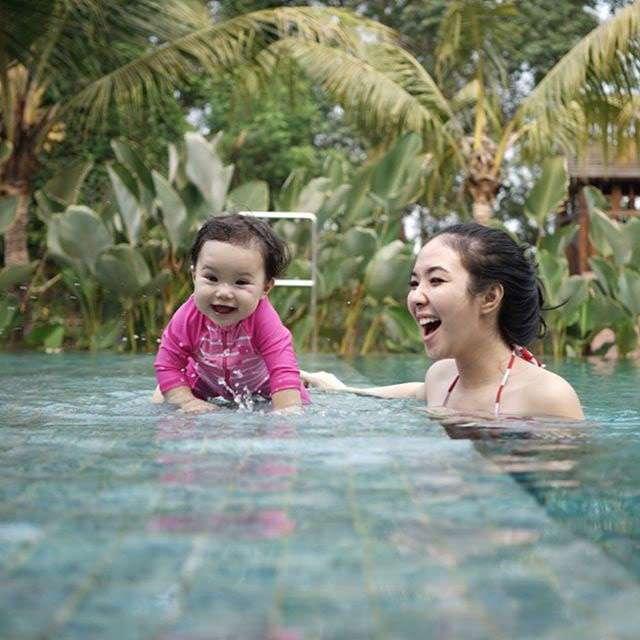 Gemes... Berenang dengan Gisel, Gempi Cute Banget!