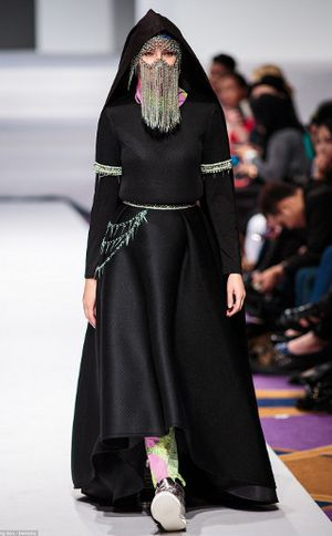 Model dengan Cadar Rantai dan Transparan Tampil di Malaysia Fashion Week