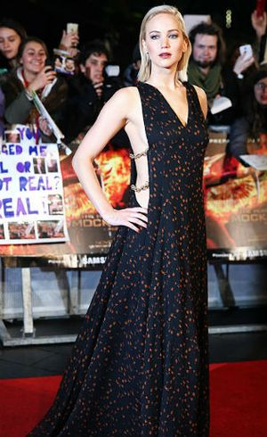 Penampilan Penuh Risiko Jennifer Lawrence dengan Gaun Seksi Dior