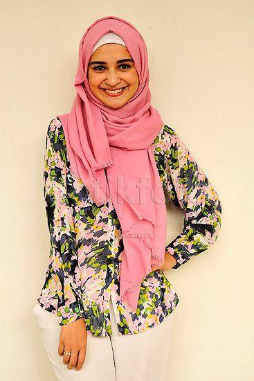 Manisnya Shireen kenakan hijab berwarna pink. Pool/Noel/detikFoto.