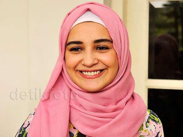 Aih, Manisnya Shireen Sungkar Berhijab Pink