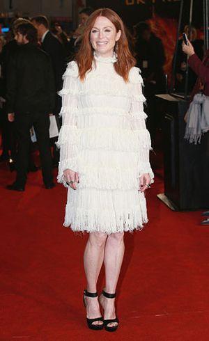 Berbusana Sopan nan Elegan ala Julianne Moore di Karpet Merah Hunger Games