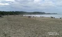 Bisa bermain voli pantai di Sawarna