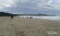 Deburan ombak Pantai Sawarna