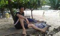Santai di bawah rindangnya pohon di Pantai Sawarna