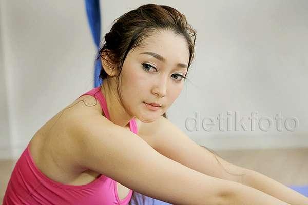 Yuk, Intip Chant Felicia Olahraga Yoga Swing!