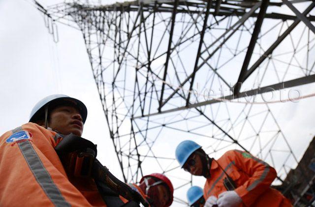 Tim PDKB melakukan aksi simulasi penanganan jaringan listrik tanpa dipadamkan dan penyelamatan personil dari ketinggian di tower sutet di kawasan Gardu Induk Bantul dan lingkungan Area Yogyakarta, Selasa (10/11/2015).