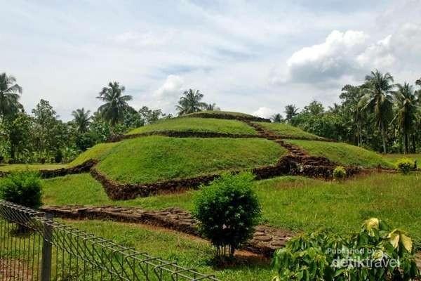 Punden berundak yang seperti piramida di Taman Purbakala Pugung Raharjo (Rasuane Noor/dTraveler)