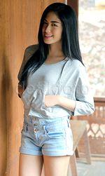 Ochi Rosdiana Manis Banget Bergaya dengan Hot Pants