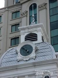 Berarsitektur Eropa dan memiliki kubah dengan jam