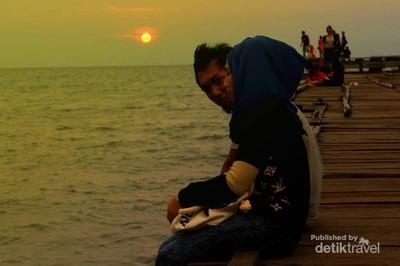 Sunset Romantis di Pantai Akkarena Makassar