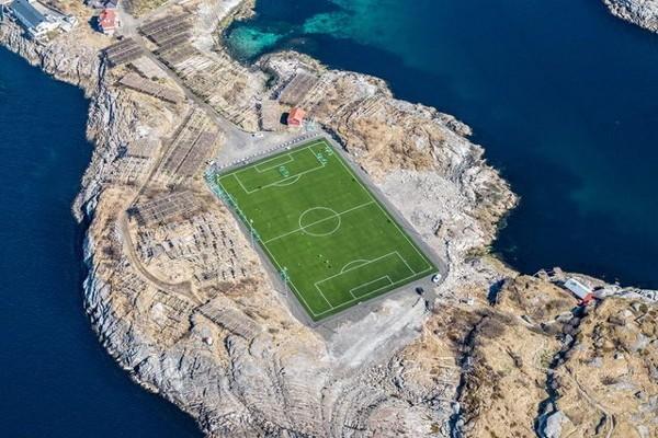 Stadion Henningsvaer dilihat dari udara (Imgur)