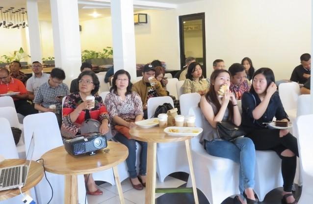 Sambil menunggu acara dimulai para peserta menikmati sarapan pagi yang disediakan oleh Anomali Coffee.