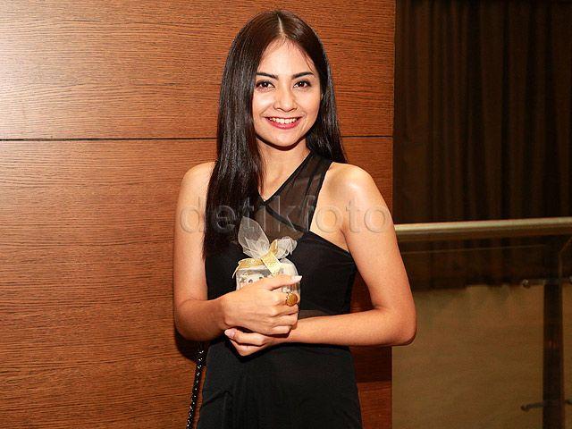 Tiwi cantik tersenyum saat di depan kamera. Asep Syaifullah/detikHOT.