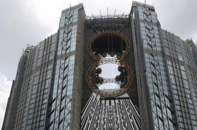 Macau Punya Bianglala Kembar di Tengah Gedung