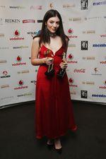 Lorde Cantik Dibalut Dress Merah Menyala