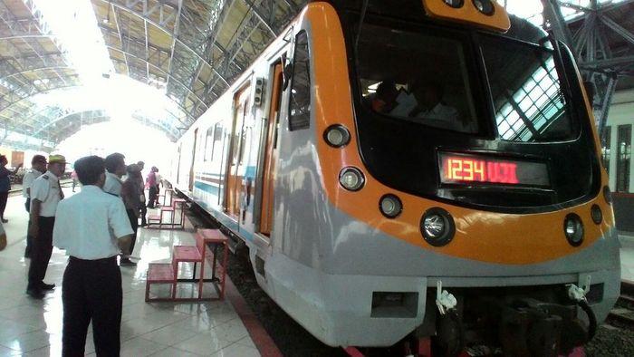 foto: persiapan reaktivasi jalur KRL rute Stasiun Kota-Stasiun Tanjung Priok (Michael Agustinus-detikFinance)