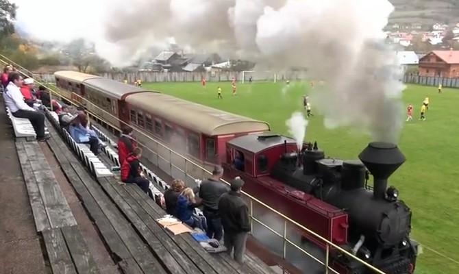 Kereta yang berada di pinggir lapangan Stadion Dobroc, Slovakia (vlareha/Youtube)