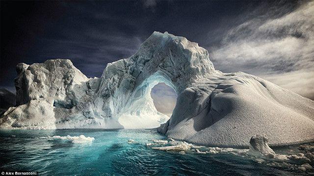 Adalah Alex Bernasconi asal Italia, yang telah berkeliling dunia untuk memotret alam hingga satwa liar dan menyusun foto-fotonya tersebut ke dalam buku 'Blue Ice'. Ini adalah foto lengkungan gunung es di Pulau Paulet. Pemanasan global membuat es tersebut mencair dan membentuk lubang. (kredit foto: Alex Bernasconi)