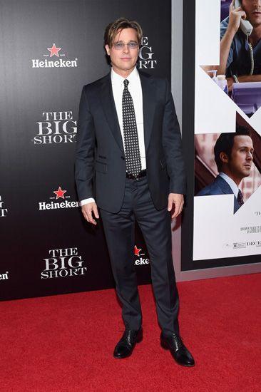 Tiba di lokasi acara, Brad Pitt tampil sangat necis mengenakan setelan jas berwarna biru gelap. Astrid Stawiarz/Getty Images/detikFoto.
