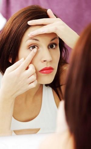 Kebiasaan Memakai Lensa Kontak yang Berbahaya Bagi Kesehatan Mata