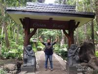 berfoto di depan pintu masuk Air Terjun Coban Rondo di Malang