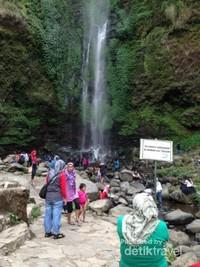 Pengunjung Air TErjun COban Rondo pada hari libur