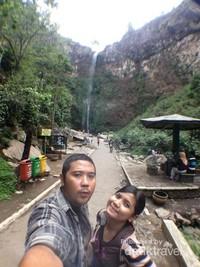 Berfoto dengan latar belakang Air Terjun Coban Rondo