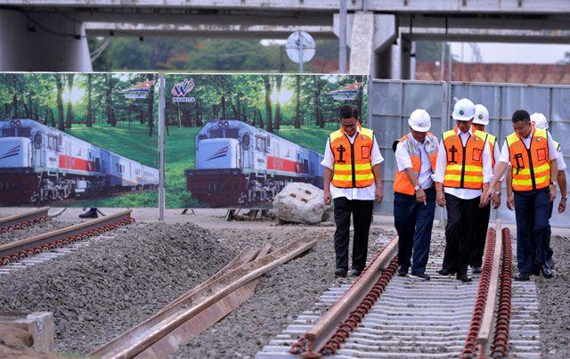 Jokowi meninjau rel kereta. Laly Rachev/Setpres/detikFoto.