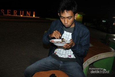 Makan Pisang Epe Sambil Bersantai di Pantai Seruni, Bantaeng