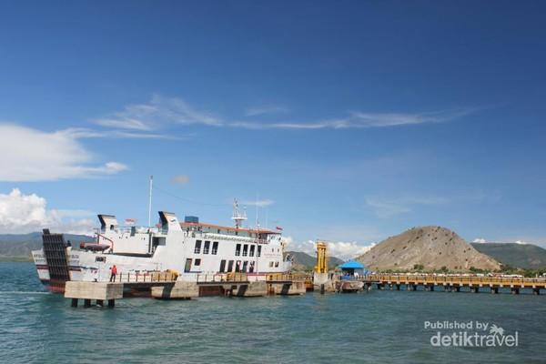 Pelabuhan Poto Tano dari kejauhan
