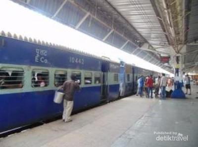 Merasakan Sensasi Naik Kereta Api di India